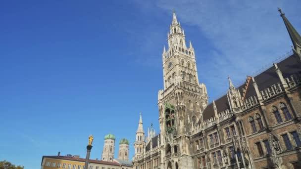 München, Deutschland - 27. November 2019: von links nach rechts Echtzeitaufnahme des neuen Rathauses am Marienplatz in der Münchner Innenstadt. das Rathaus sind symbole der stadt, münchen, deutschland.