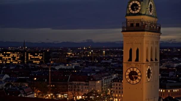 München - 25. November 2019: Schöner Blick auf die Stadt München und den Glockenturm der Peterskirche. Medium Shot in Echtzeit, München