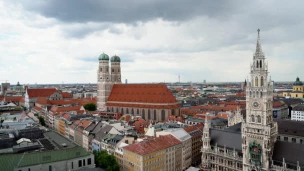 MÜNCHEN, DEUTSCHLAND - 25. JUNI 2019: Aufnahme von Marienplatz und Marienkirche in München