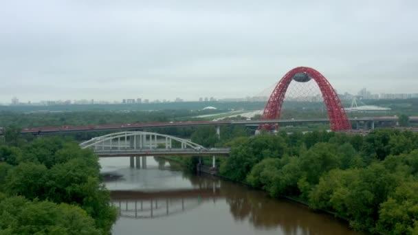 Zhivopisniy most anténní dron pan výstřel shora kolem zelených stromů