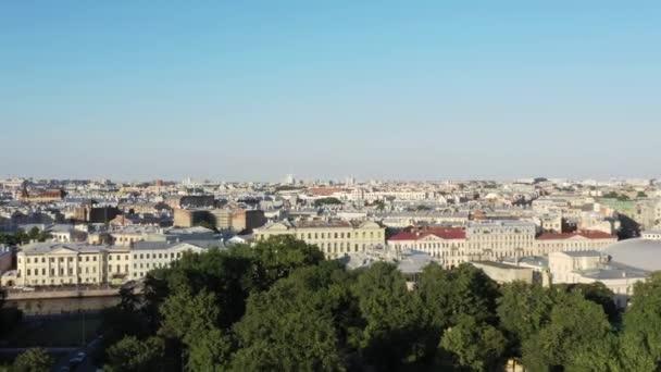 Petrohrad staré budovy vrcholky ve velkém městě, dron střelen pod jasnou oblohou