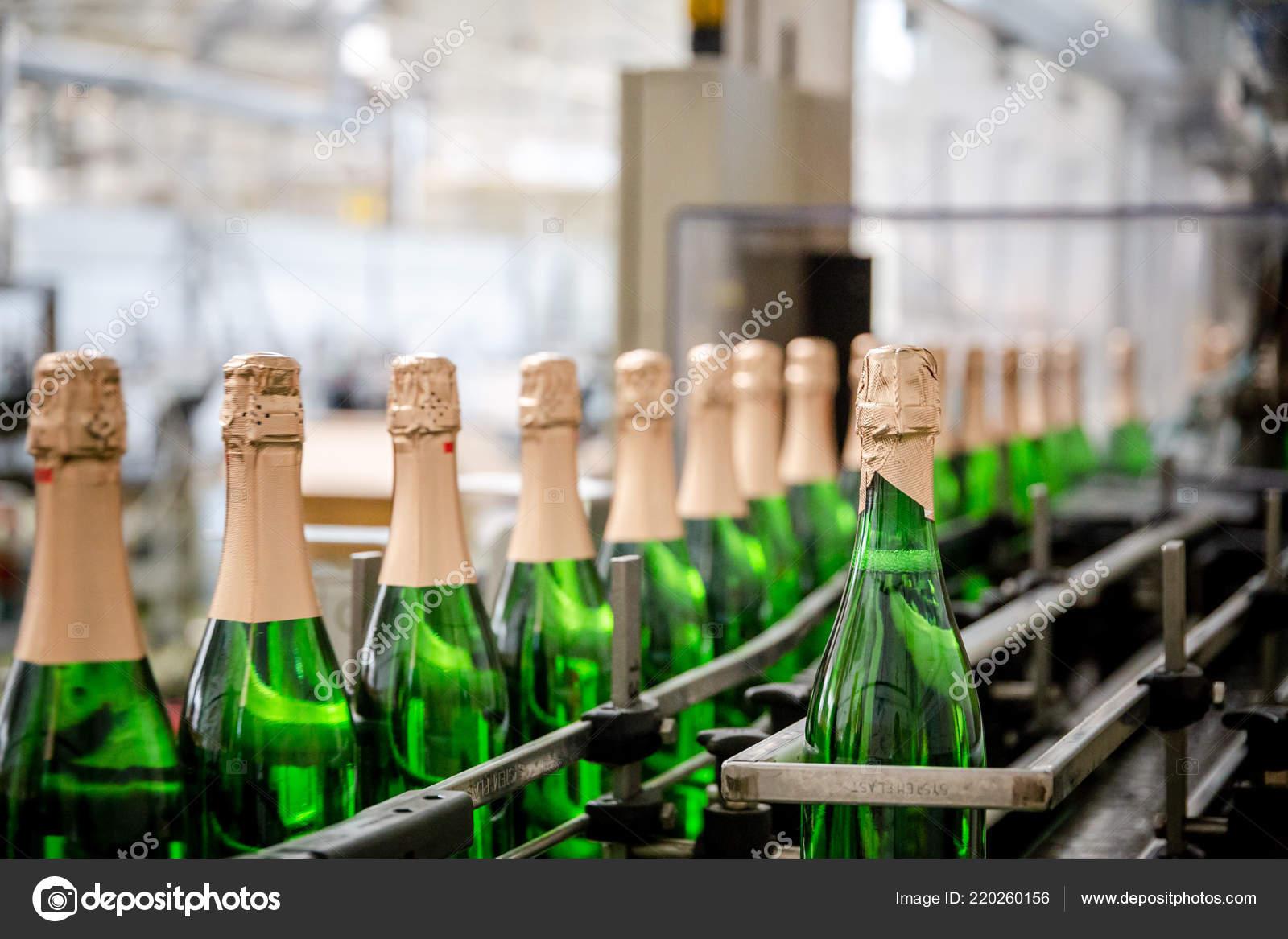Суёт бутылку от шампанского, Села на бутылку -видео. Смотреть Села на бутылку 23 фотография