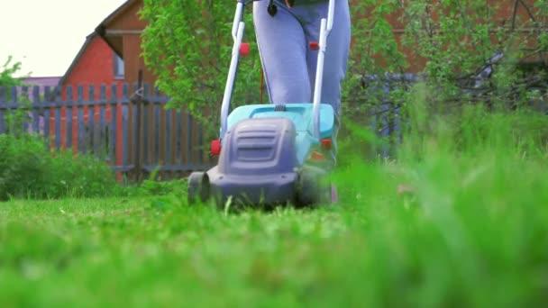 Dívka sečení trávníku