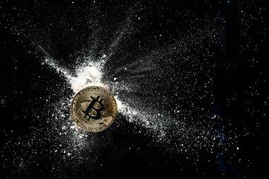 Altın bitcoin siyah bir masada kokain serpilir