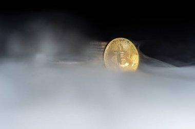 Dumanlı siyah zemin üzerine altın bitcoins. İş kavramı. Internet güvenlik ve koruma kavramı.