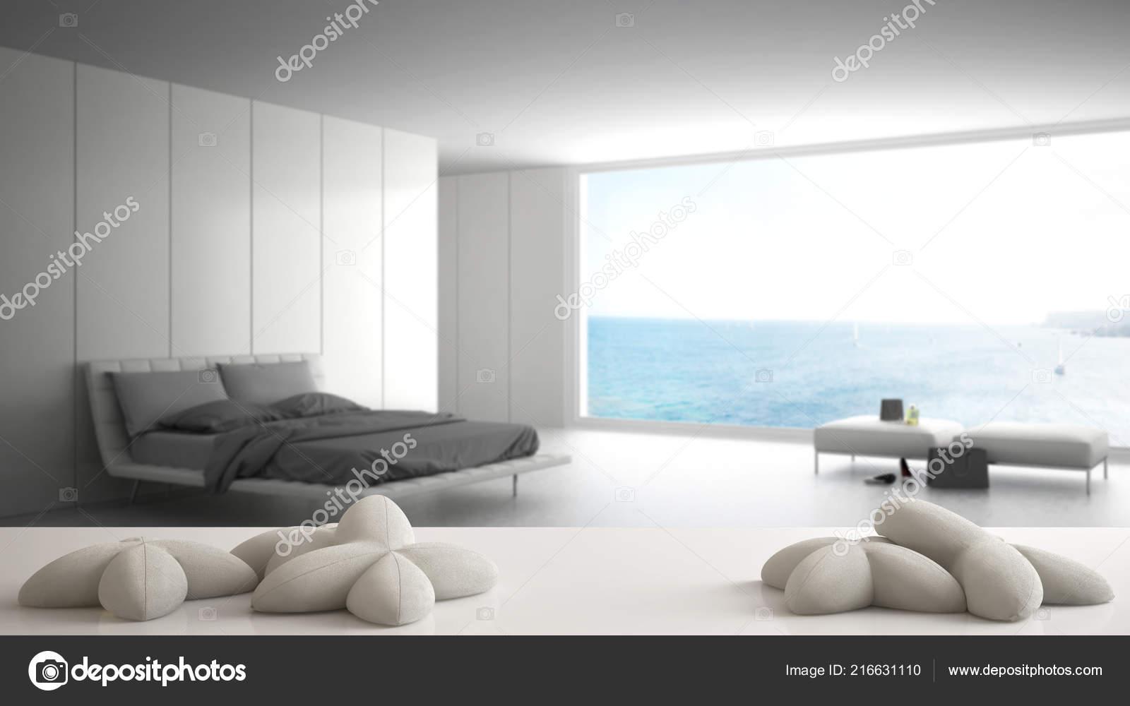 Tableau blanc bureau ou une étagère avec cinq oreillers blancs