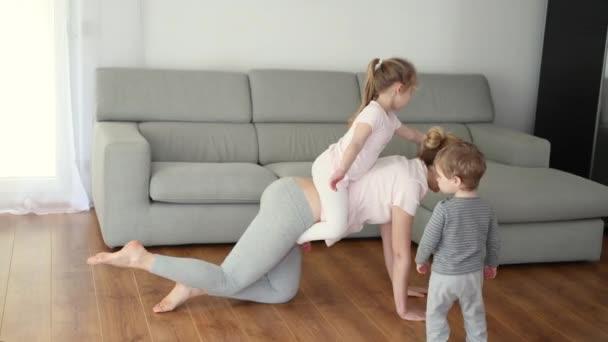 Matka a dcera dělají doma gymnastiku.
