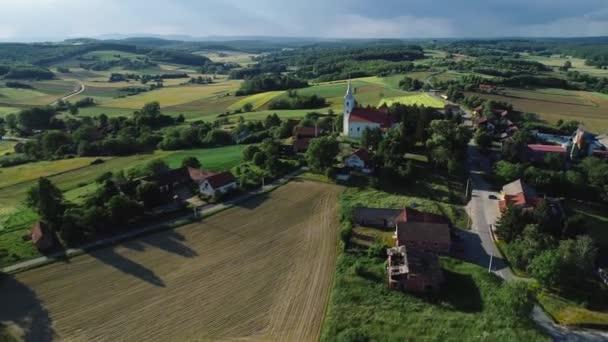 Idylickou krajinu a venkovské vesničce Sveti Petar Cvrstec letecké letu vew, Prigorje region Chorvatska
