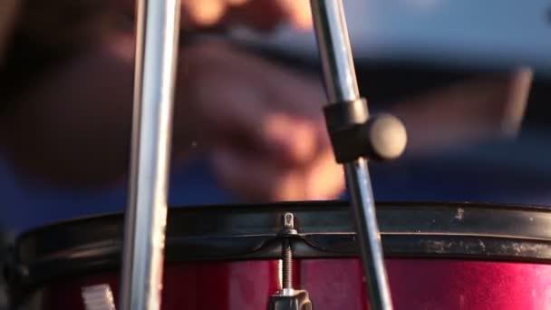 Dobos játszik dob játszik zene koncertet közelről.