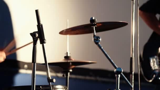 Zblízka bubeník hrající Drum a rockový hudebník hraje na elektrickou kytaru hraje hudbu na koncert