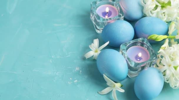 festlicher Hintergrund, fröhliche Ostergrüßkarte im blauen Stil