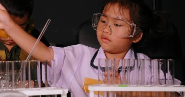 fratello e sorella studiando in laboratorio di ricerca di scienza scuola
