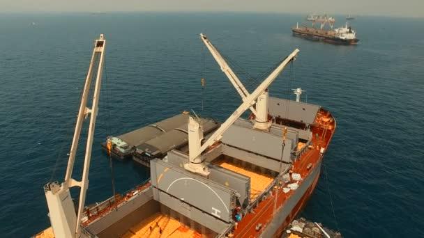 vysoký úhel pohledu kontejnerová loď načítání komerční zboží na moři přístavu přístav