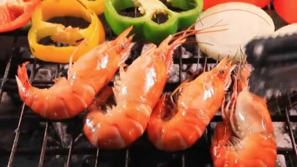 krevety na grilu na barbecue sporákem