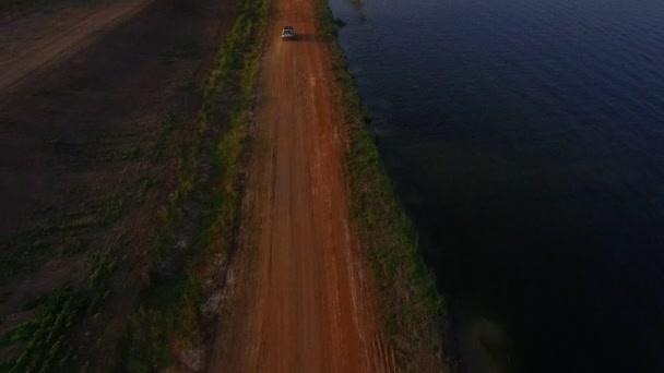 Letecký pohled na suv auta jízdě po prašné silnici