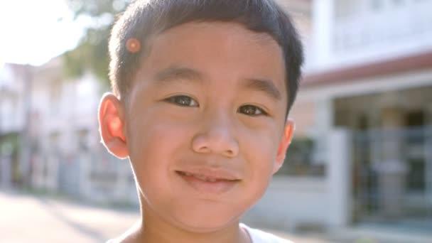 Detail tváře veselé asijské děti štěstí emocí stojící venkovní