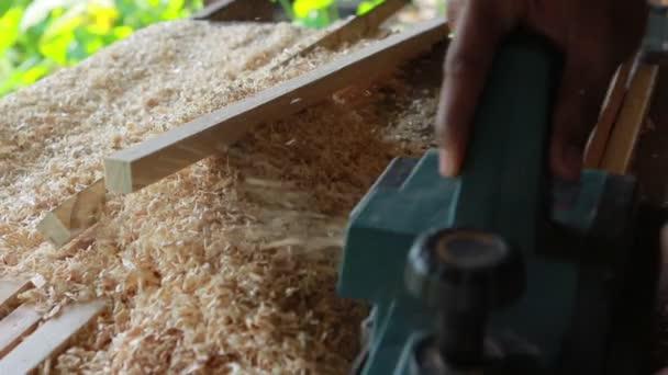 uzavření dřevní vrtačky pracující v domácí pracovní dílně