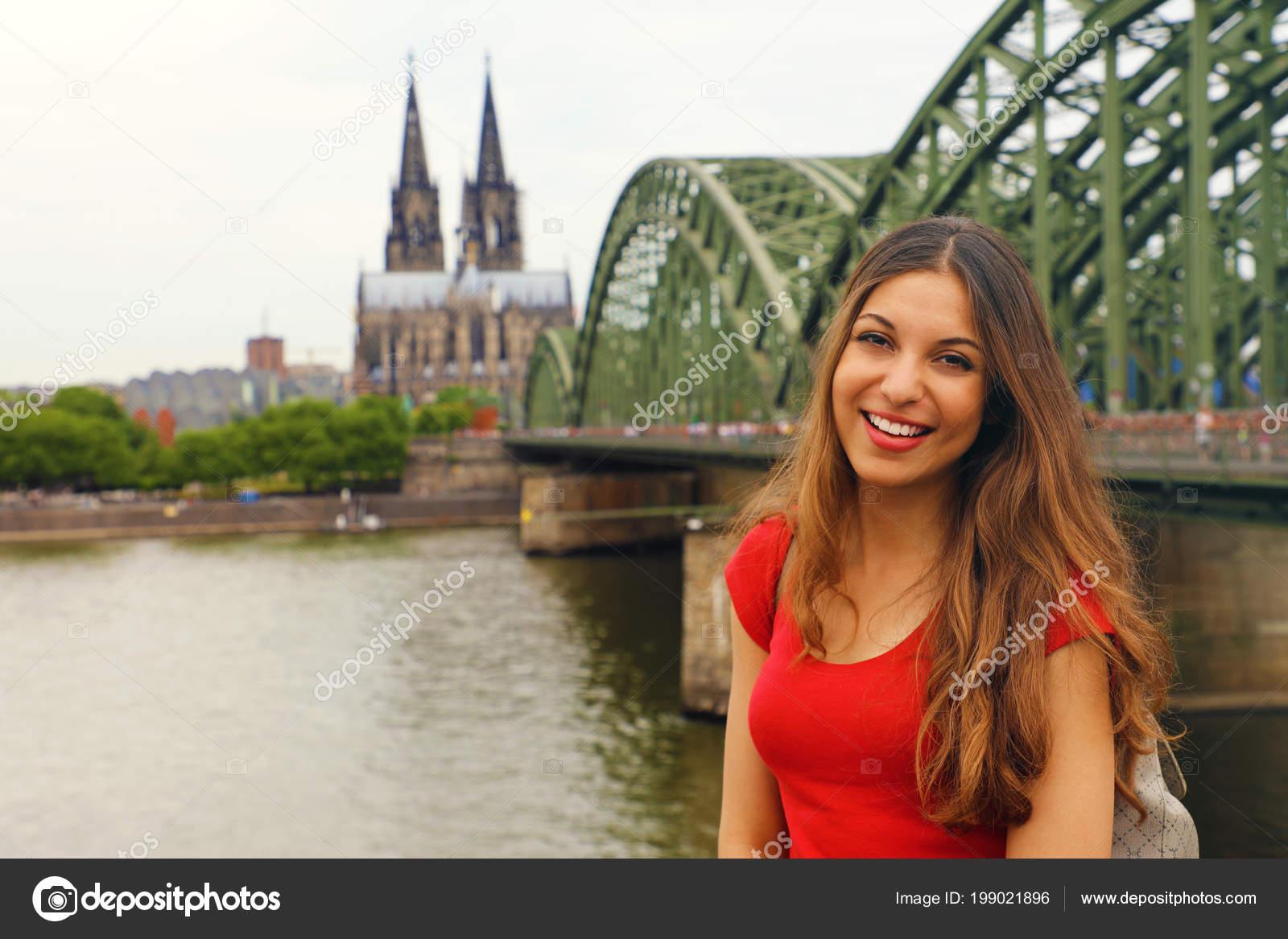 94308eb276 Mulher Sorridente Feliz Desfrutando Sua Viagem Alemanha Menina Bonita  Viajante — Fotografia de Stock