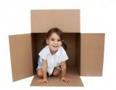 malá holčička v krabici se izolované na bílém pozadí