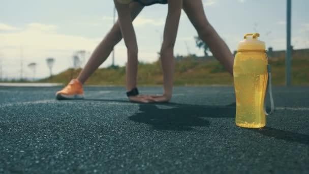 Kültéri nyújtó női sportolónő