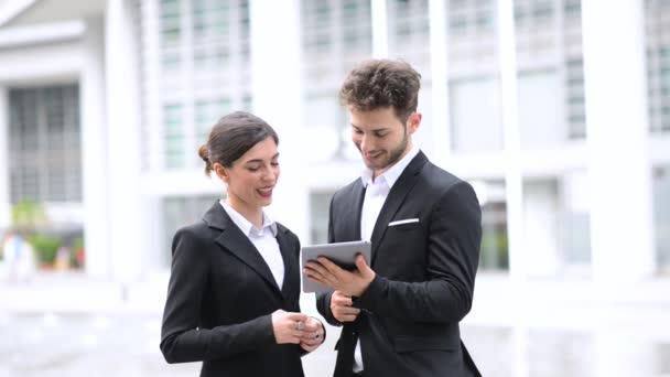 podnikatelé v digitálním tabletu ve městě