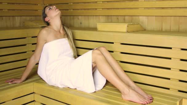 schöne Frau beim Saunabaden im Dampfbad