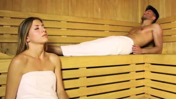 Paar beim Saunabad im Dampfbad