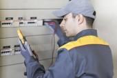 Fotografia Ritratto di un elettricista sul lavoro