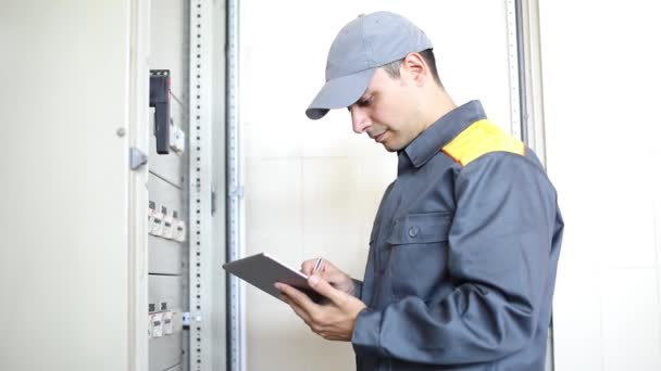 Portrét elektrikář při práci pomocí tabletu