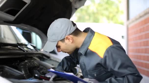 Mechanik, stanovení van motor drží složku