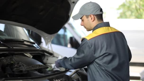 Mechanik, kontrola hladiny oleje v náklaďáku