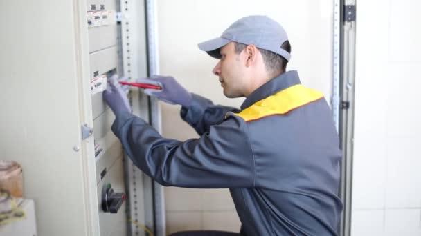 portrét elektrikář v práci