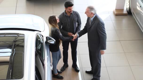 Трахает продавца автомобилей