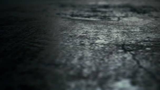 Passage der Kamera durch den alten Hardcover der Nachtstraße. ein hervorragender Hintergrund für den Horrorfilm-Abspann