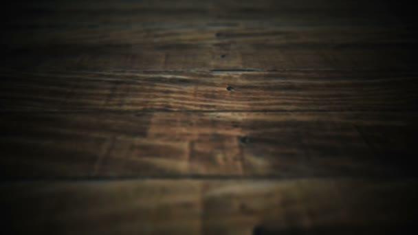 führt die Kamera durch die alte Holzoberfläche. ein großartiger Hintergrundbildschirmschoner für Thriller, Horrorfilme und Ihre Videos