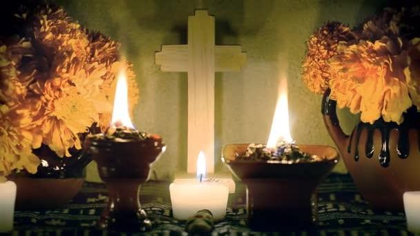 Tag der Toten, an dem der Altar langsam vergrößert wird, mit Cempasuchil-Blumen, brennendem Kopal und Kerzen. wesentlicher Teil des Tages der Totenfeste in Mexiko.