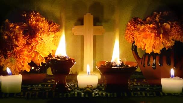 Langsamer Vergrößerungstag des Opferaltars mit Cempasuchil-Blumen, brennendem Kopal und Kerzen. wesentlicher Teil des Tages der Totenfeste in Mexiko.