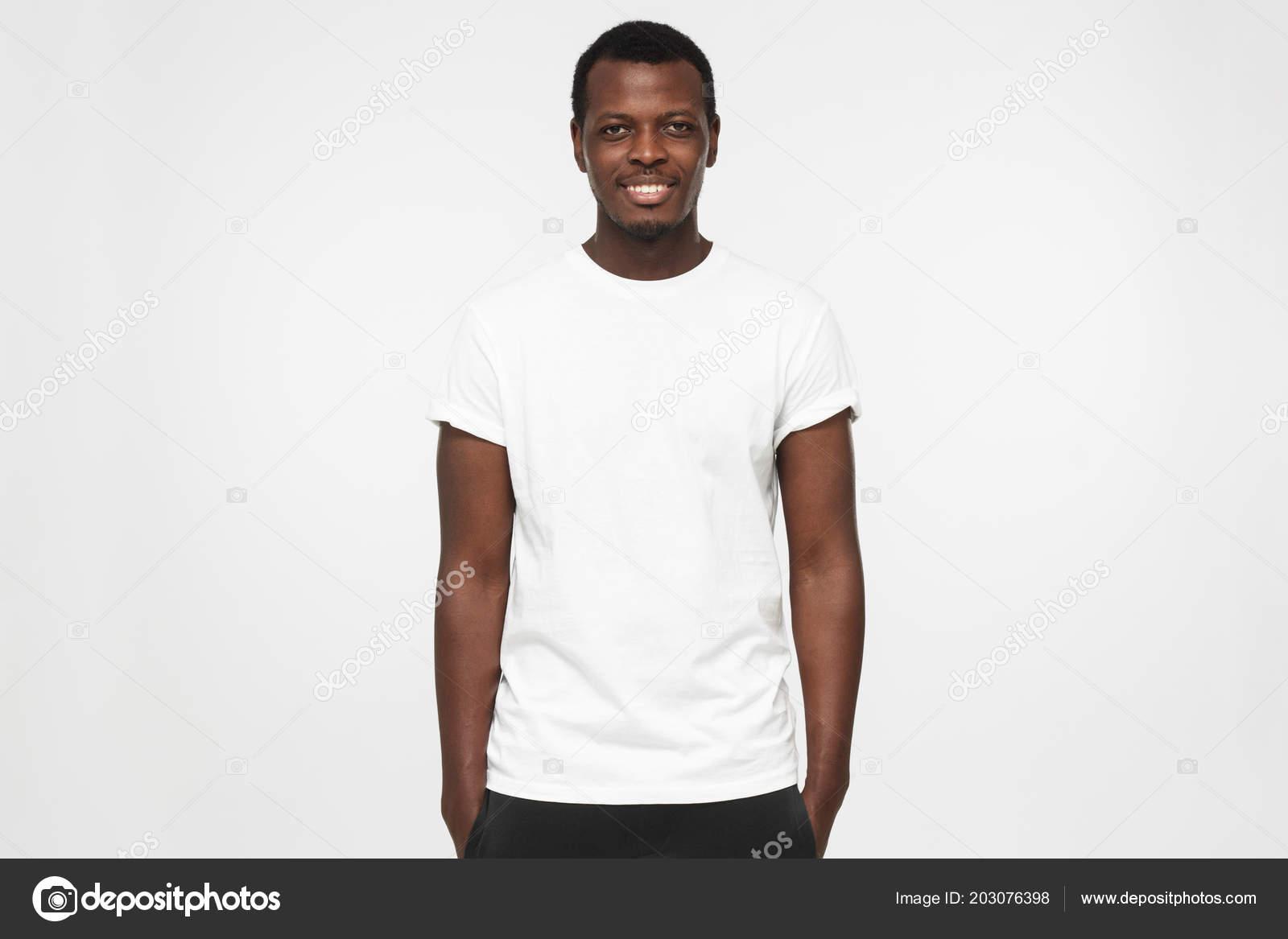 7a095562915b4 Joven Afroamericano Pie Con Las Manos Los Bolsillos Vistiendo Camiseta —  Foto de Stock