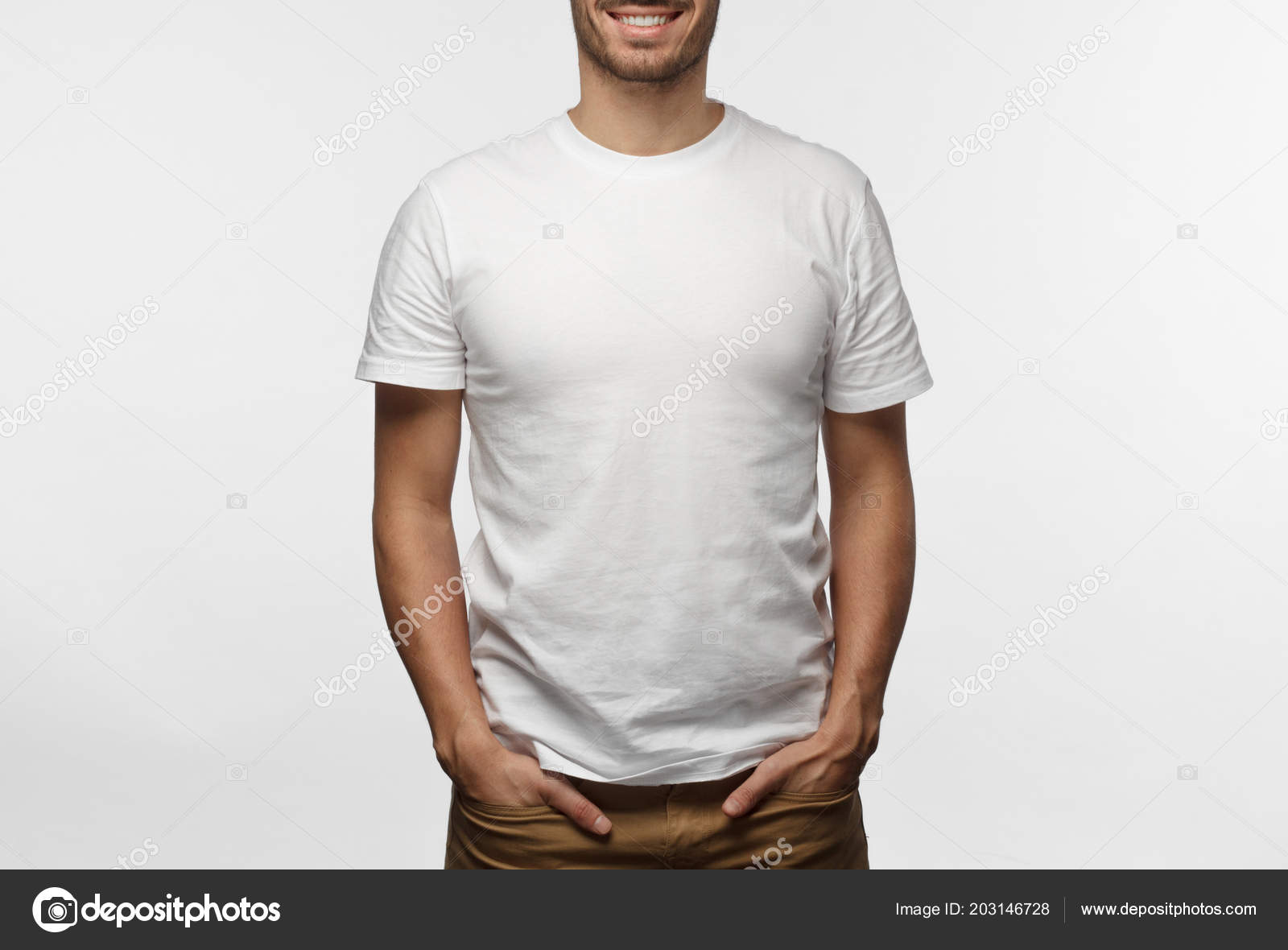 87298cd08d13e Joven Europea Pie Con Las Manos Los Bolsillos Vistiendo Camiseta — Fotos de  Stock