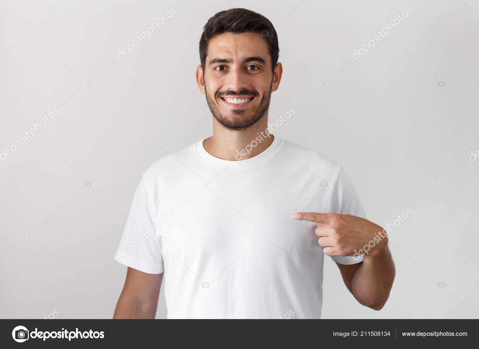 873e5b27532d3 Atractivo joven apuntando con el dedo índice en la camiseta blanca en  blanco con espacio vacío para su publicidad de texto o imagen