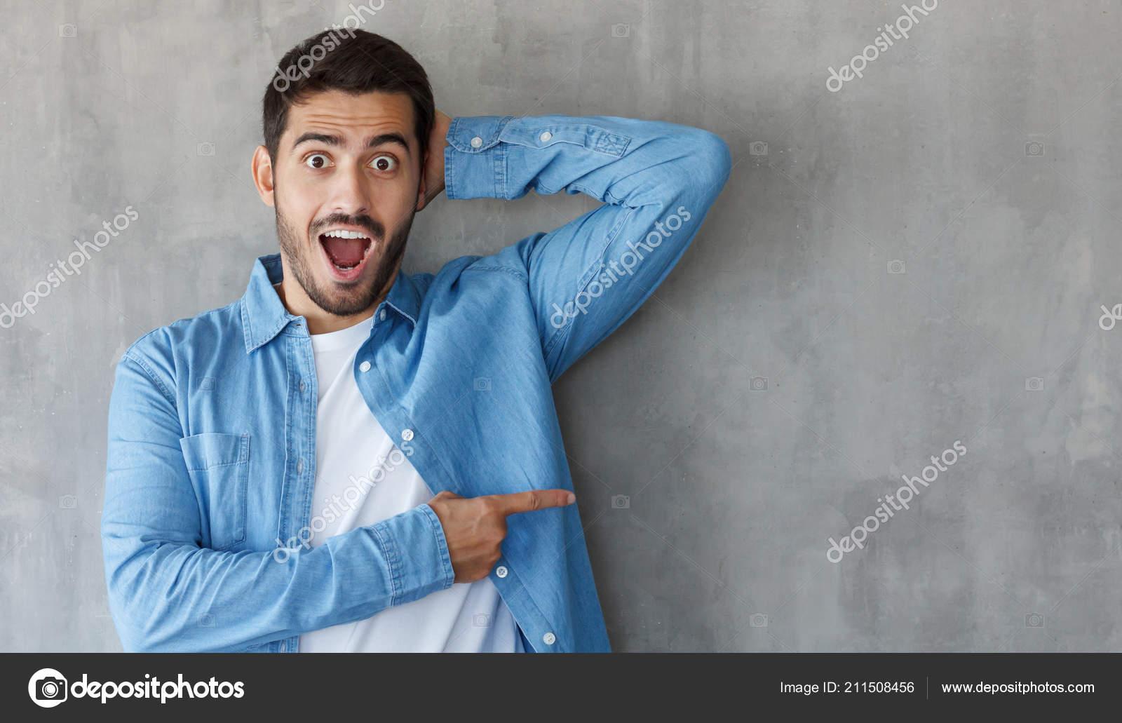 c5d404a06 Foto Horizontal Jovem Homem Caucasiano Isolado Fundo Cinza Vestido Camisa —  Fotografia de Stock