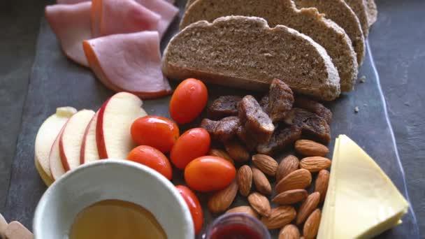 Chutný sýrový talíř s ovocem, ořechy a celozrnným chlebem