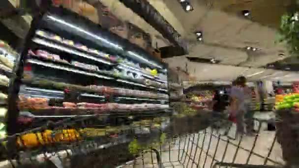 časový odstup nákupního košíku pohybující se mezi uličkami a úsekem ve velkém supermarketu