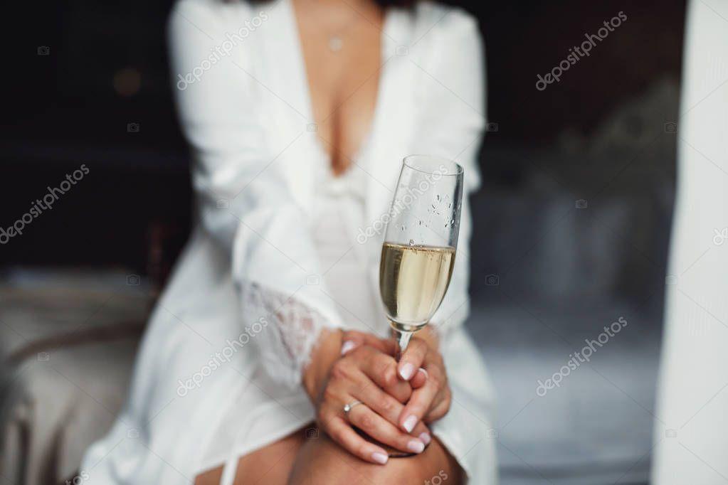 видишь как держать бокал с шампанским фото отличием является то