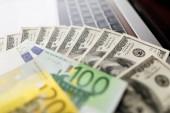 Fotografie Peníze se zblízka. Americký dolar a euro bankovky
