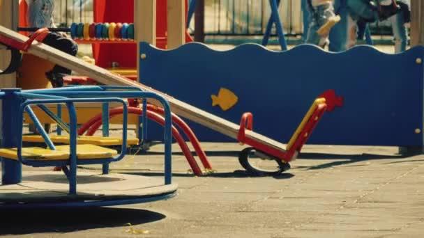Aktive Kinder auf einem Spielplatz spielen