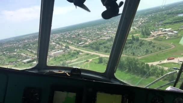 Vue depuis l\'intérieur du poste de pilotage hélicoptère de prairies ...