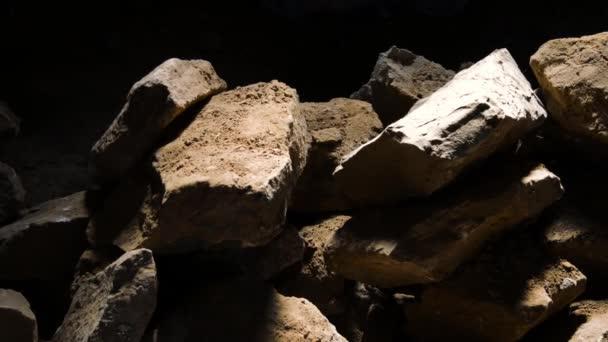 Hromadu žulové kameny izolované na černém pozadí
