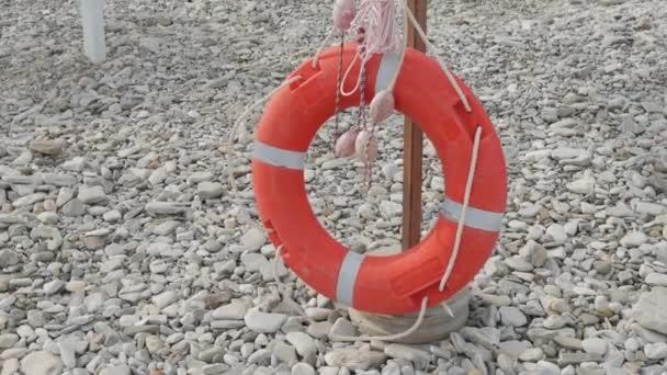 Rettungsboje am Strand. Rettungsring.