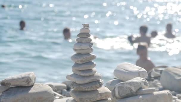 Egy rakás kerek kövek állt a parton a tenger. Koncepció az egyensúly és a harmónia. Sziklák a tengerparton a tenger, a természet.